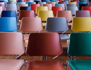 Reihe farbiger Stühle