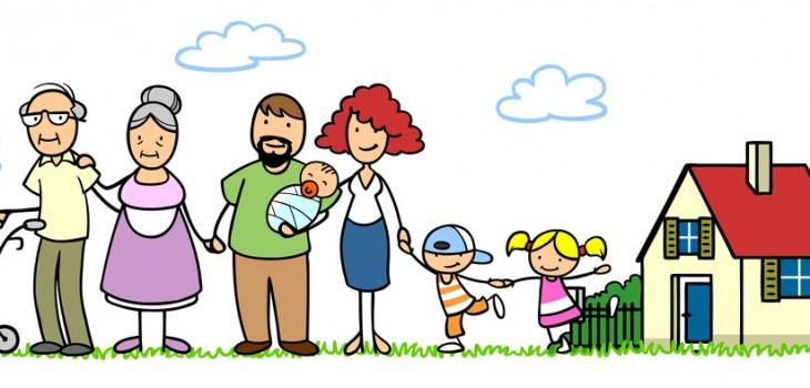 Glückliche große Familie mit Baby und zwei Senioren und Kindern vor einem Haus im Garten
